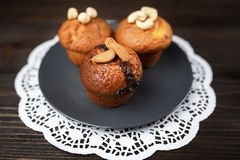 Köstliche selbst gemachte Schokoladenmuffins auf dem hölzernen Hintergrund der Weinlese Stockbild