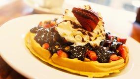 Köstliche selbst gemachte Waffelwüste mit Früchten und Peitsche creame Lizenzfreie Stockfotos