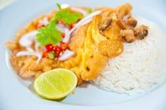 Köstliche siamesische Nahrung: Heißer Reis mit Omelett Stockbilder