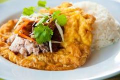 Köstliche siamesische Nahrung: Heißer Reis mit Omelett Lizenzfreie Stockbilder