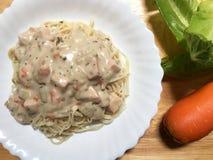 Köstliche Spaghettis mit Sahne gedient auf weißer Platte Lizenzfreies Stockbild