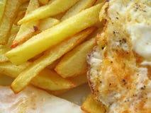 Köstliche Spiegeleier mit Chips Lizenzfreie Stockfotos