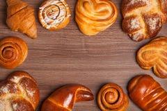 Köstliche Spitze des frischen Brotes auf dem Tisch Lizenzfreie Stockfotos