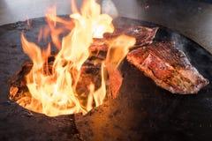 Köstliche Steaks auf einem bbq-Grill lizenzfreie stockbilder