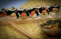 Köstliche Sushi auf dem Tisch stockfotos