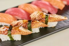 Köstliche Sushi mit Aal auf Platte Stockfoto