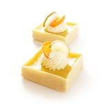 Köstliche Törtchen auf weißem Hintergrund Stockfotografie