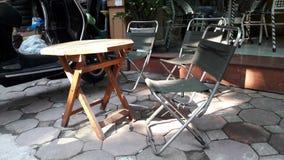 Köstliche Tabelle und Stühle Lizenzfreie Stockfotografie