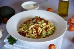Köstliche Teigwaren mit Avocado und Tomaten Lizenzfreies Stockbild