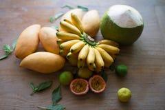 Köstliche thailändische Früchte auf Holzoberfläche stockbilder