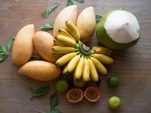 Köstliche thailändische Früchte auf Holzoberfläche lizenzfreie stockfotos
