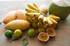 Köstliche thailändische Früchte auf Holzoberfläche lizenzfreies stockbild