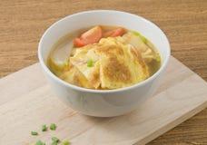 Köstliche thailändische Omelett-Suppe mit Tomaten, Zwiebel und Schalotte Lizenzfreie Stockfotografie