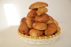 Köstliche Torten im Korb stockfoto