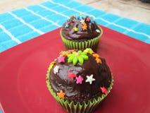 Köstliche und schön verzierte kleine Kuchen stockbilder
