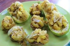Köstliche vegetarische Mahlzeit, angefülltes Mac und Käsezucchini und -pilze, auf der Ronde lizenzfreie stockbilder