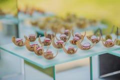 Köstliche vegetarische Mahlzeiten werden an einer Partei oder an einem Hochzeitsempfang gedient Platten mit einer Vielzahl von Im stockfoto