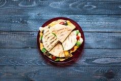 Köstliche Veggie Quesadillas mit Tomaten, Oliven, saà ² Anzeige und c Lizenzfreies Stockfoto