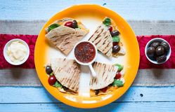 Köstliche Veggie Quesadillas mit Tomaten, Oliven, Salat Lizenzfreie Stockbilder