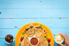 Köstliche Veggie Quesadillas mit Tomaten, Oliven, Salat Lizenzfreie Stockfotos