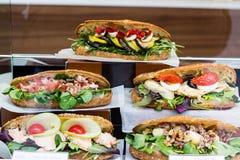 Köstliche verschiedene Sandwiche im Shop lizenzfreies stockbild