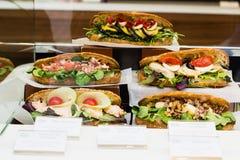 Köstliche verschiedene Sandwiche im Shop stockfoto