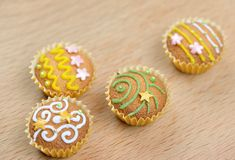 Köstliche verzierte kleine Kuchen Stockbilder