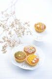 Köstliche verzierte kleine Kuchen Stockfotos