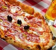 Pepperoni-Pizza lizenzfreie stockbilder