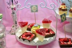 Köstliche Wüste auf einem rosa Hintergrund Stockbild