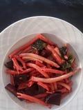 Köstliche Ziti-Spaghettis mit Rote-Bete-Wurzeln und Spinat Stockbild