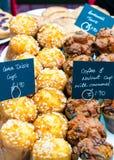 Köstliche Zitronen- und Walnusskleine kuchen Stockfotografie