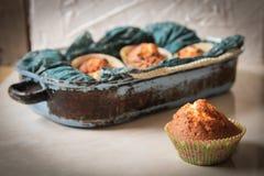 köstliche Zitronenmuffins mit dem Tee und Kaffee romantisch lizenzfreie stockfotografie