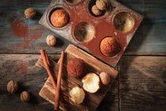 köstliche Zitronenmuffins mit dem Tee und Kaffee romantisch lizenzfreie stockfotos