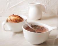köstliche Zitronenmuffins mit dem Tee und Kaffee romantisch lizenzfreies stockfoto