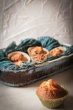 Köstliche Zitronenmuffins mit Tee und Kaffee lizenzfreie stockfotos