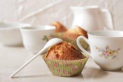 Köstliche Zitronenmuffins mit Tee und Kaffee stockfotos