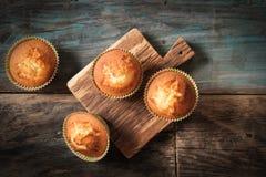 Köstliche Zitronenmuffins mit Tee und Kaffee lizenzfreie stockbilder