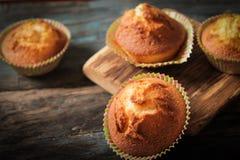 Köstliche Zitronenmuffins mit Tee und Kaffee lizenzfreies stockbild