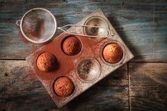 Köstliche Zitronenmuffins mit Tee und Kaffee stockfoto