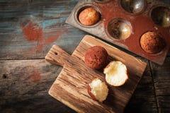 Köstliche Zitronenmuffins mit Tee und Kaffee stockbild