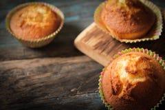 Köstliche Zitronenmuffins mit Tee und Kaffee stockbilder