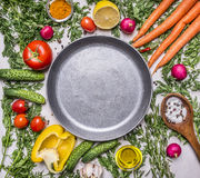 Köstliche Zusammenstellung des Frischgemüses des Bauernhofes, Gurken, Pfeffer, Zitrone, Kirschtomaten, Öl, Salzlöffel legte um di Stockfotografie