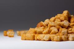 Köstliche Zwiebacke auf einem grauen Hintergrund lizenzfreie stockfotos
