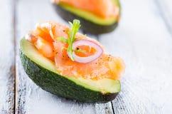 Köstlicher Aperitif der Avocado und des geräucherten Lachses stockbild