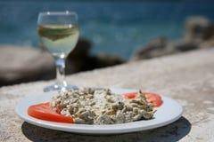 Köstlicher Aperitif mit Tomaten durch das Meer Lizenzfreies Stockfoto