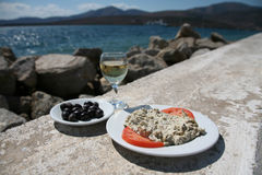 Köstlicher Aperitif mit Tomaten, Oliven durch das Meer Lizenzfreie Stockbilder