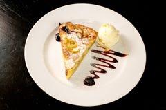 Köstlicher Apfelkuchen und Eiscreme-und Belags-Dekoration lizenzfreies stockbild