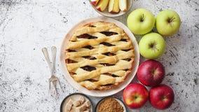 Köstlicher Apfelkuchenkuchen mit frische Früchte, Braun und Pulverzucker stock video