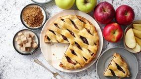 Köstlicher Apfelkuchenkuchen mit frische Früchte, Braun und Pulverzucker stock footage